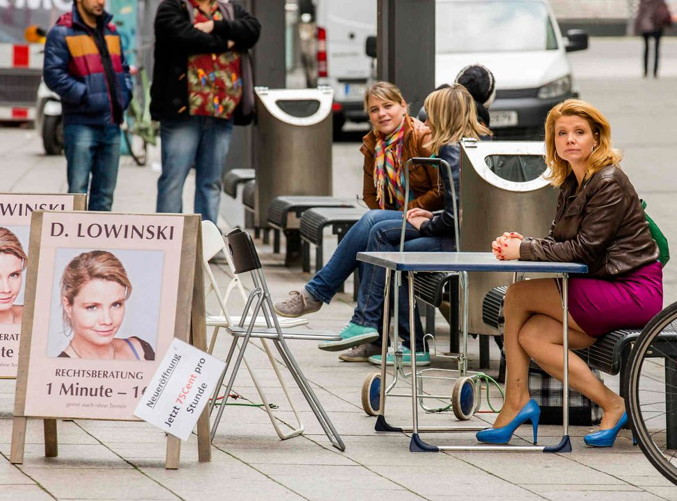 Danni (Annette Frier, r.) ist am Arsch - da sie kein Büro mehr hat, muss sie jetzt auf der Straße nach Mandanten suchen ... - Bildquelle: Frank Dicks SAT.1