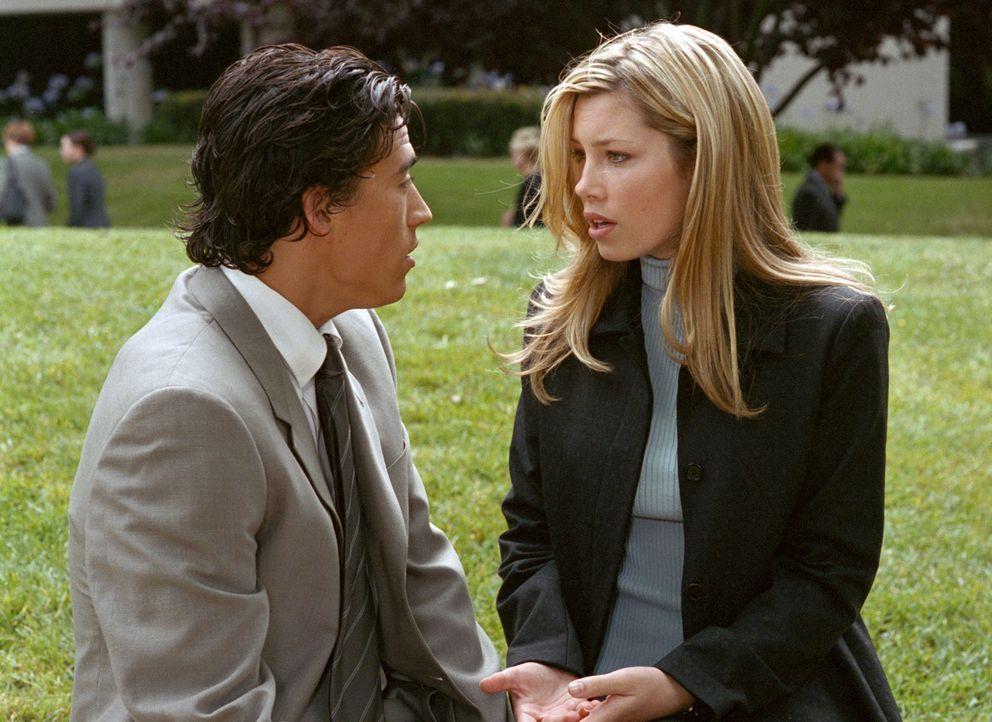 Wilson (Andrew Keegan, l.) ist von Marys (Jessica Biel, r.) Idee, zur Polizei zu gehen alles andere als begeistert ... - Bildquelle: The WB Television Network