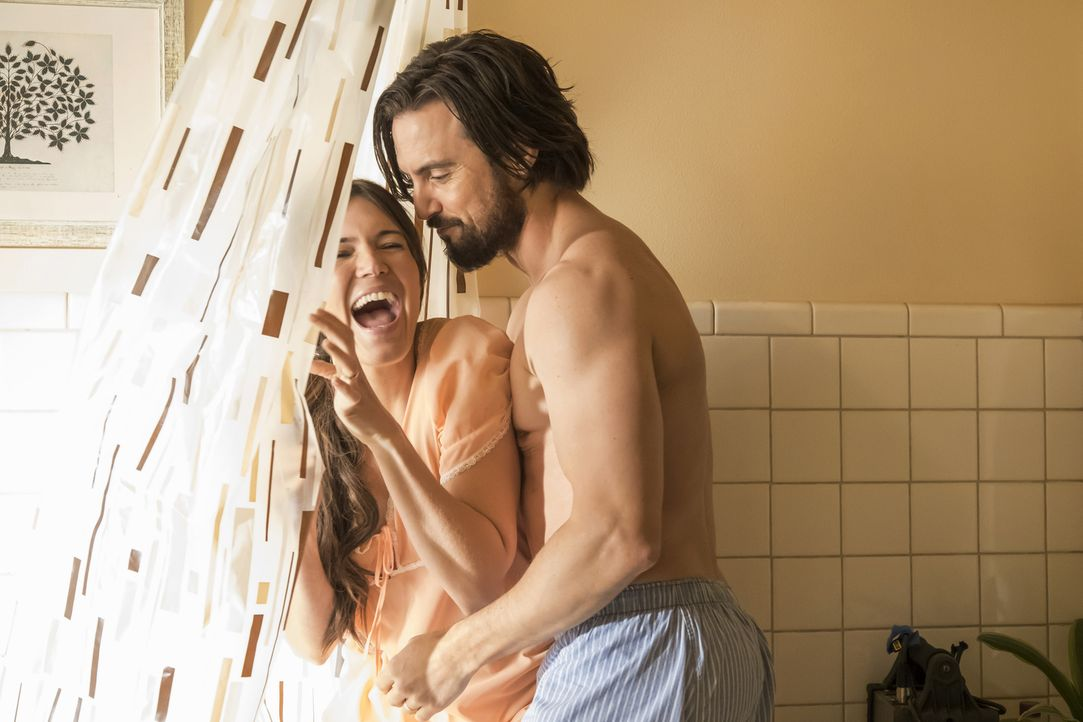 Noch scheint alles perfekt. Doch als Jack (Milo Ventimiglia, r.) und Rebecca (Mandy Moore, l.) erfahren, dass sich ihre Freunde Miguel und Shelly sc... - Bildquelle: Ron Batzdorff 2016-2017 Twentieth Century Fox Film Corporation.  All rights reserved.   2017 NBCUniversal Media, LLC.  All rights reserved.