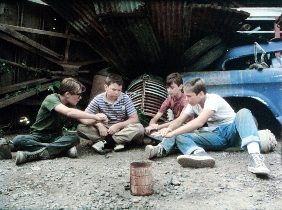 Bewährungsprobe für Teddy (Corey Feldman, l.), Vern (Jerry O'Connell, M.l.), Gordie (Wil Wheaton, M.r.) und Chris (River Phoenix, r.) ... - Bildquelle: Columbia Pictures