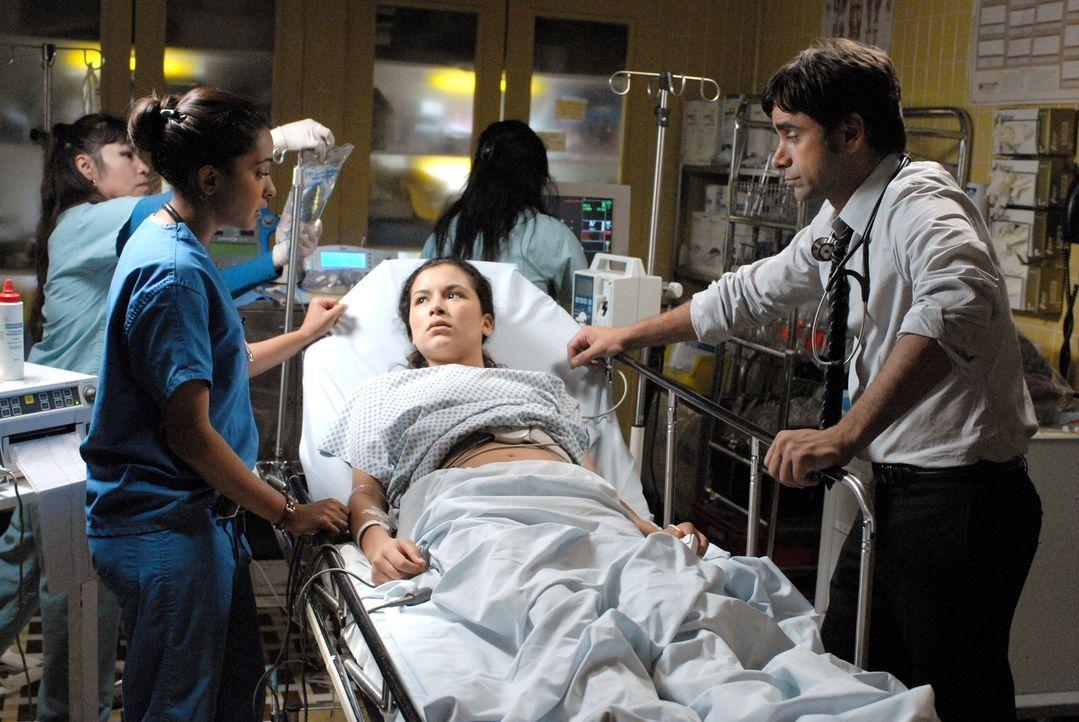 Während sich Neela (Parminder Nagra, l.) und Tony (John Stamos, r.) um eine schwangere Patientin (Emily Rios, M.) kümmern, begeht Abby einen Fehle... - Bildquelle: Warner Bros. Television
