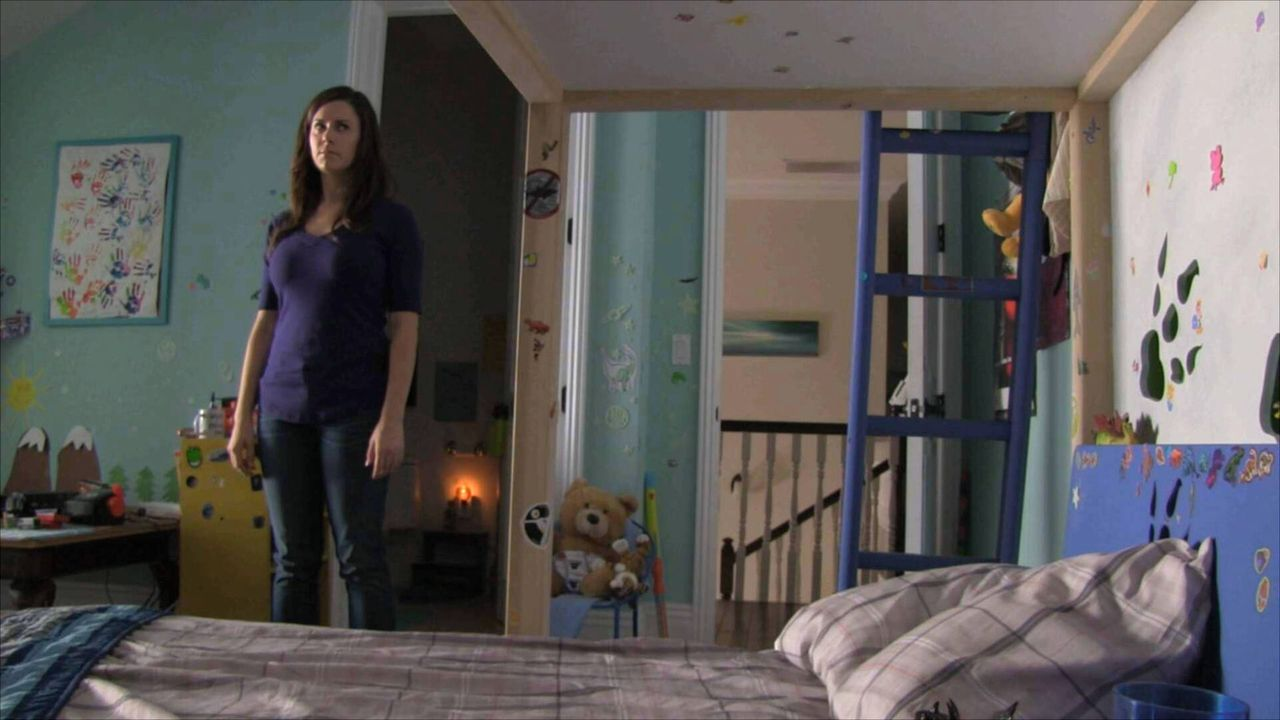 Nachdem Katie (Katie Featherston) ihre gesamte Familie ausgelöscht und den kleinen Hunter mitgenommen hat, zieht sie mit ihm unter falschem Namen in... - Bildquelle: 2015 Paramount Pictures. All Rights Reserved.