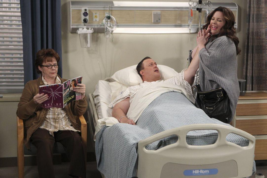 Während Mike (Billy Gardell, M.) seine Mutter Peggy (Rondi Reed, l.) nach einem Herzanfall pflegt, stürzt er unglücklich und wird ins Krankenhaus ei... - Bildquelle: Warner Brothers