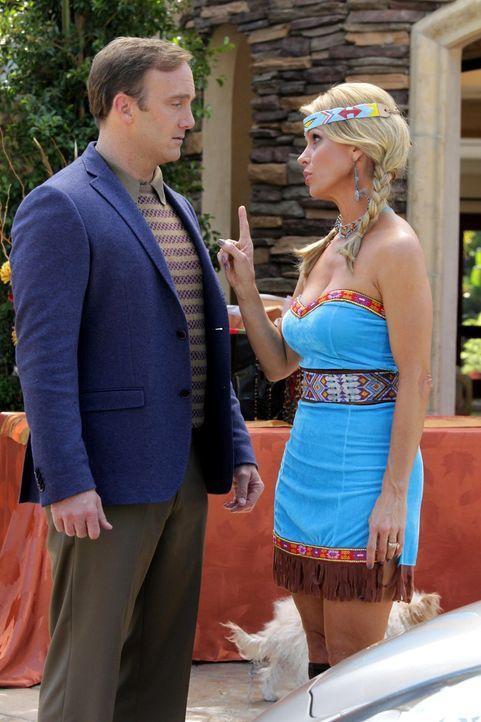 Sind sich nicht ganz einig: Dallas (Cheryl Hines, r.) und Steven (Jay Mohr, l.) ... - Bildquelle: Warner Bros. Television