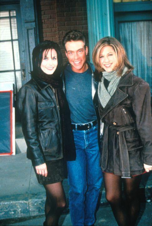 Monica (Courteney Cox, l.) hat sich in Jean-Claude Van Damme (Jean-Claude Van Damme, M.) verliebt und traut sich nicht, ihn anzusprechen. Rachel (Je... - Bildquelle: TM+  2000 WARNER BROS.