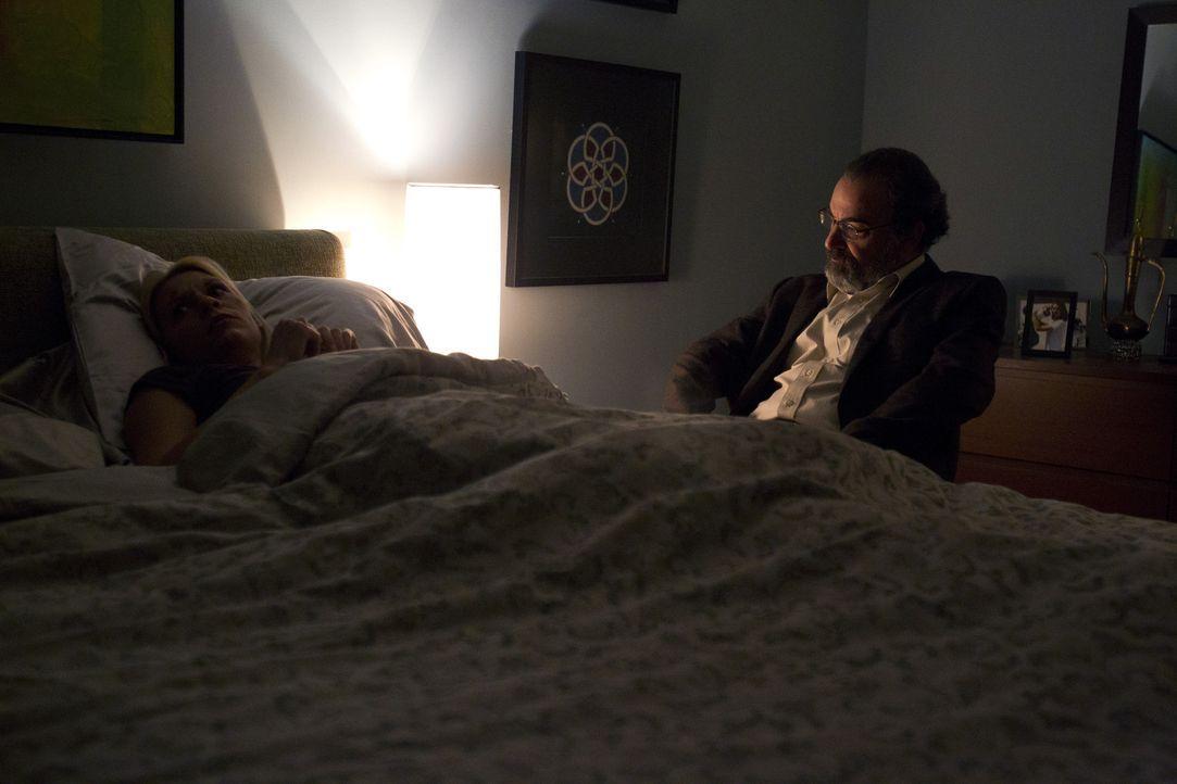 Ewig hat er nicht richtig hingeschaut, jetzt gibt sich Saul (Mandy Patinkin, r.) die Mitschuld an Carries (Claire Danes, l.) körperlicher und seeli... - Bildquelle: 20th Century Fox International Television