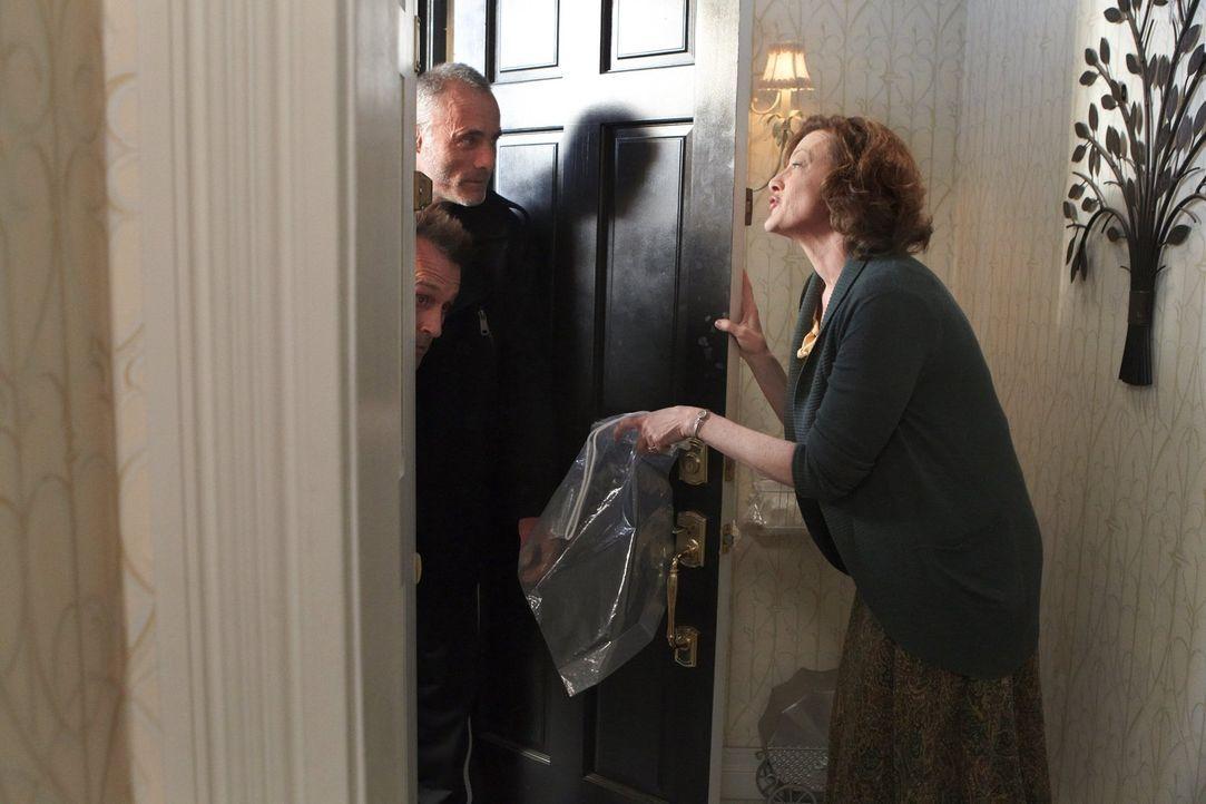 Auch gewalttätige Verbrecher (Robert Knepper, l., Timothy V. Murphy, M.) müssen sich an Sheilas (Joan Cusack, r.) Schuh-Regel halten ... - Bildquelle: 2010 Warner Brothers