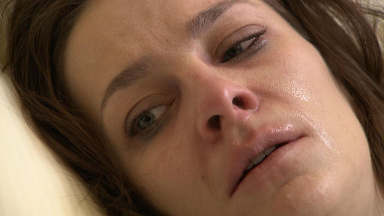 Der leitenden Versicherungsangestellten Nina wurde das Schlimmste angetan was einer Frau wiederfahren kann. Auf einer Firmenfeier hat ihr jemand K.O... - Bildquelle: SAT.1