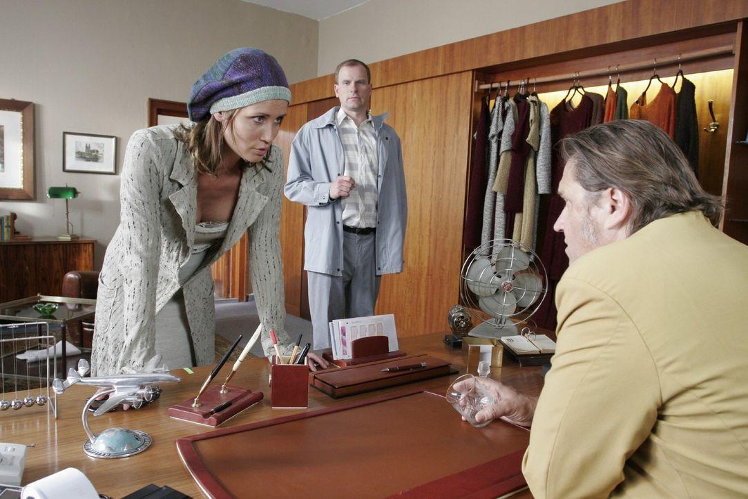 """Eva (Anja Kling, l.) ist wütend, dass durch ein Versäumnis ihres """"Partners"""" Heinichen (Michael Brandner, r.) das Erfolg versprechende Strick-Proje... - Bildquelle: Sat.1"""
