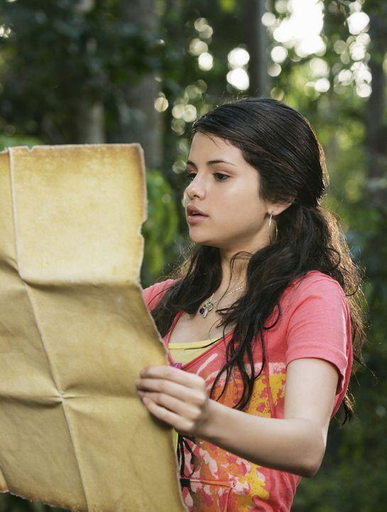 Als Alex (Selena Gomez) im Zorn einen Zauberspruch ausspricht, ist es mit dem Familienurlaub in der Karibik schnell vorbei. Denn auf einmal wissen i... - Bildquelle: 2009 DISNEY ENTERPRISES, INC. All rights reserved. NO ARCHIVING. NO RESALE.