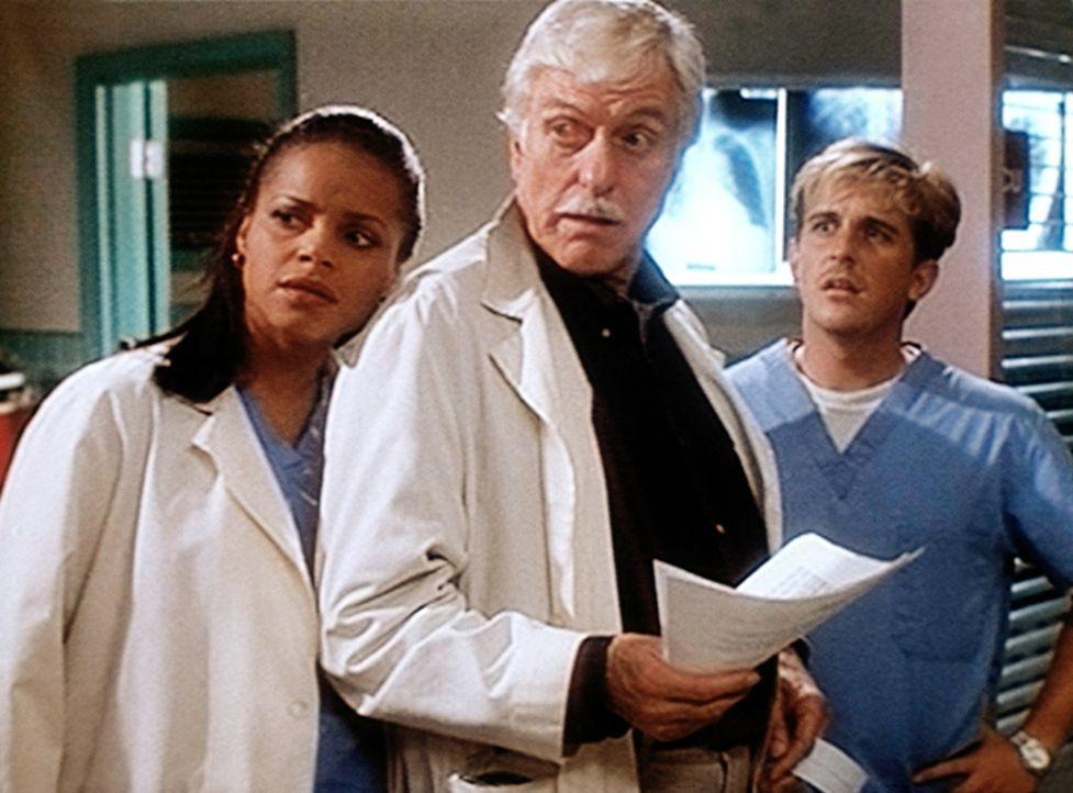 Amanda (Victoria Rowell, l.), Mark (Dick Van Dyke, M.) und Jesse (Charlie Schlatter, r.) wundern sich über einen seltsamen Patienten. - Bildquelle: Viacom
