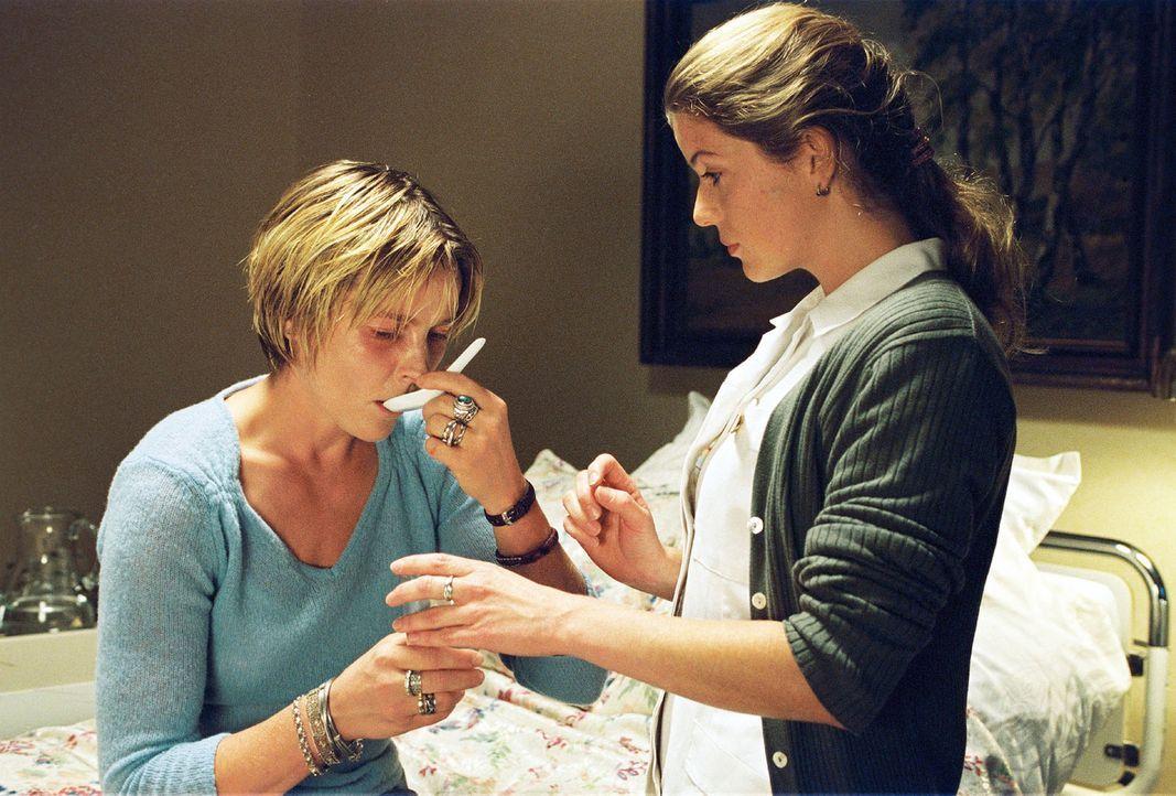 Sophie (Karoline Eichhorn, l.) ist wieder in der psychiatrischen Klinik und erhält von der Schwester (Fiona Coors, r.) Beruhigungstabletten, die si... - Bildquelle: Sat.1