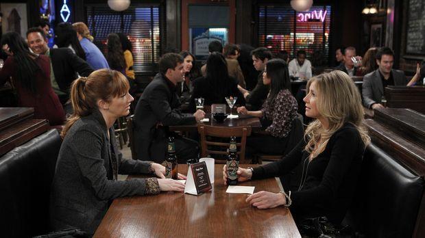Connie (Judy Greer, l.) erzählt Kate (Sarah Chalke, r.) von ihrem bevorstehen...