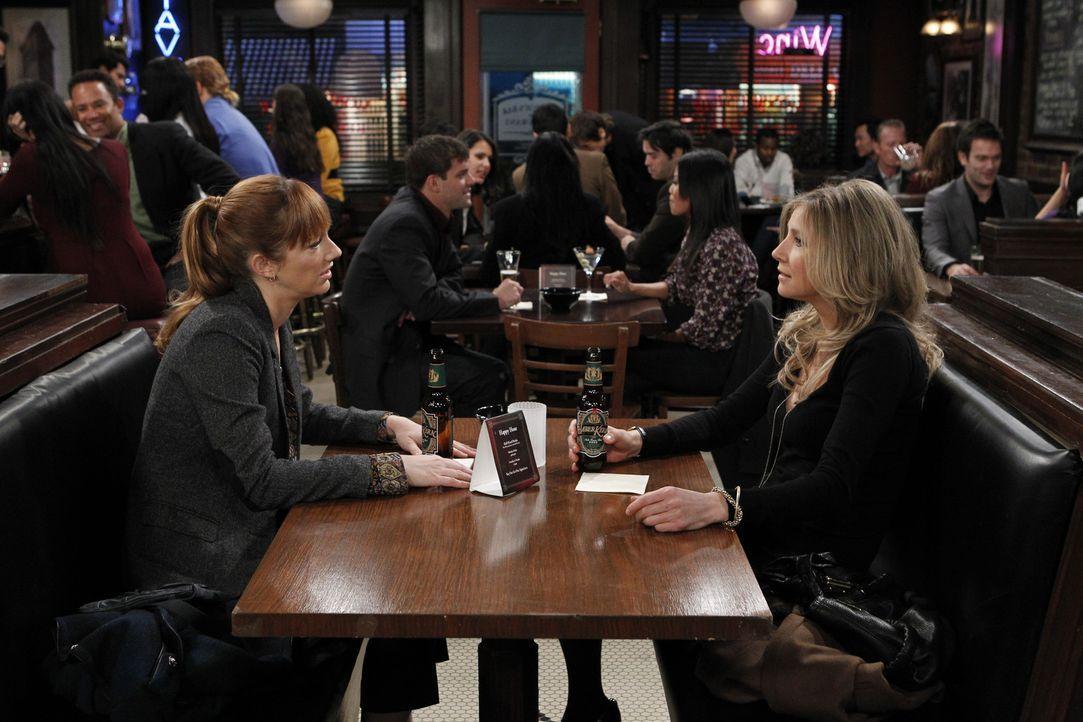 Connie (Judy Greer, l.) erzählt Kate (Sarah Chalke, r.) von ihrem bevorstehenden Termin bei einer Verlegerin. - Bildquelle: CPT Holdings, Inc. All Rights Reserved.