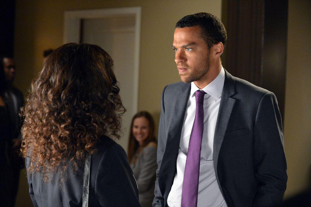 Während Dr. Catherine Avery (Debbie Allen, l.) die Prüfungen der Assistenzärzte durchführt, muss Jackson (Jesse Williams, r.) zittern, ob er sei... - Bildquelle: Touchstone Television