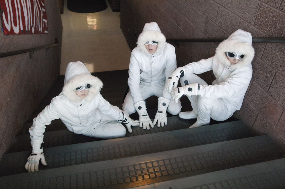 Mit Hilfe einer selbstgebauten Zeitmaschine gelingt es Virgil (Jason Dolley, r.), Charlie (Luke Benward, l.) und Zeke (Nicholas Braun, M.), alle ihr... - Bildquelle: 2007 Disney Channel