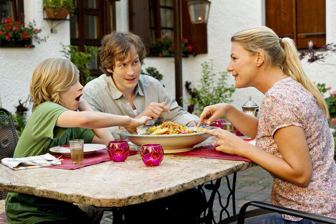 Familienidylle: Jules (Sophie Schütt, r.) Sohn Sawyer (Thilo Berndt, l.) versteht sich ausgezeichnet mit Mamas neuem Freund Robin (Stefan Murr, M.)... - Bildquelle: SAT.1