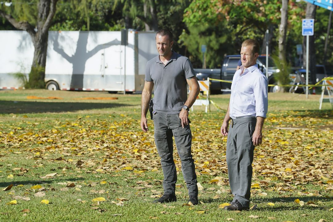 Steve McGarrett (Alex O'Loughlin, l.); Danno Williams (Scott Caan, r.) - Bildquelle: Karen Neal 2018 CBS Broadcasting, Inc. All Rights Reserved/Karen Neal