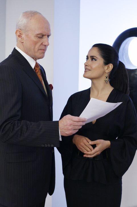 Beeindruckt von Bettys Energie und Durchsetzungsvermögen, bietet Sofia (Salma Hayek, r.) ihr einen Job an ... - Bildquelle: Buena Vista International Television