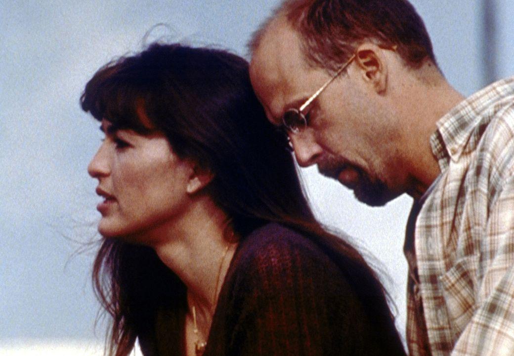 Cynthia (Mariska Hargitay, l.) erkennt, dass ihr die Beziehung zu Greene (Anthony Edwards, r.) mehr bedeutet als ihm ... - Bildquelle: TM+  2000 WARNER BROS.