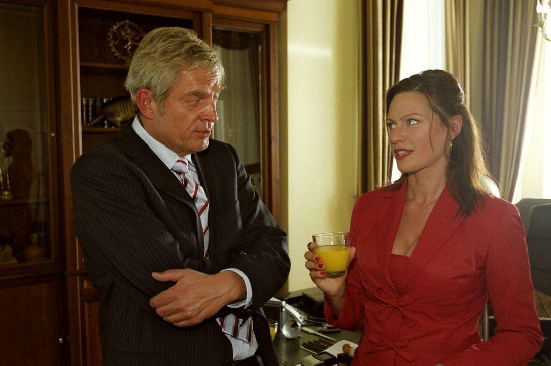 Michaela (Nina Kronjäger, r.) legt sich beim Vorstellungsgespräch mit Hotelchef Bornekamp (Wilhelm Manske, l.) mächtig ins Zeug - sie braucht den... - Bildquelle: Oliver Ziebe Sat.1