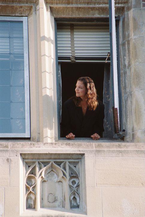 Endlich auf dem College, weit weg von den Eltern: Samantha (Katie Holmes). Doch die Freude währt nicht lange, denn auch hier sind ihre ständigen B... - Bildquelle: Epsilon Motion Pictures GmbH