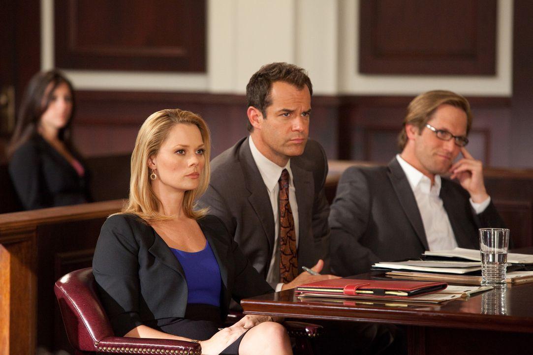 Parker (Josh Stamberg, M.) und Kim (Kate Levering, l.) kümmern sich um A.J. Fowler (Matt Letscher, r.), den Produzenten einer TV-Datingshow, der vo... - Bildquelle: 2009 Sony Pictures Television Inc. All Rights Reserved.