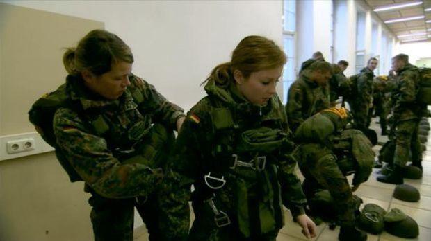 Frauen bei der Fallschirmspringerausbildung