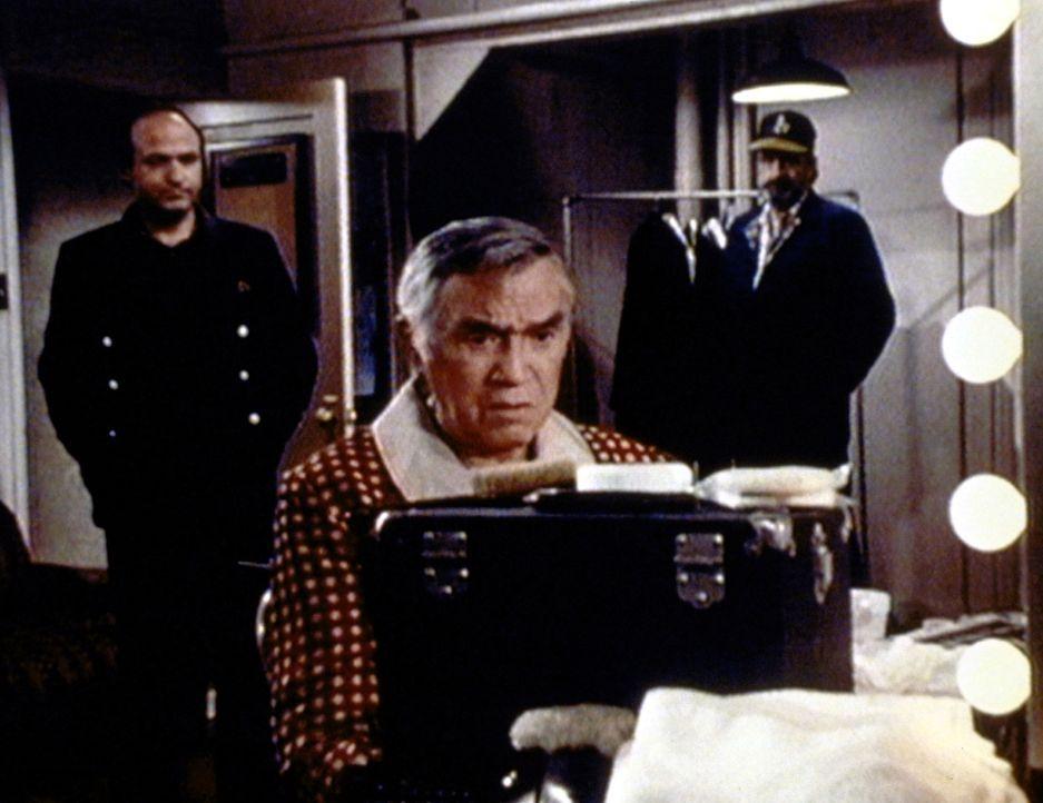 Fred Fusco (Lorne Greene, M.) ist verzweifelt, da ihm niemand Glauben schenken will. - Bildquelle: Worldvision Enterprises, Inc.