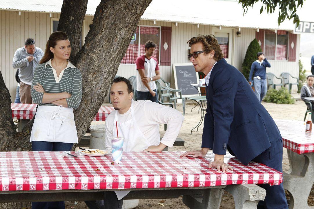 Können Marva (Heather Tom, l.) und Rusty (Bryan Lugo, M.), Patrick (Simon Baker, r.) bei den Ermittlungen behilflich sein? - Bildquelle: Warner Bros. Television