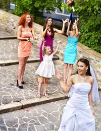 Alle Damen aufstellen, dann kann die Braut den Brautstrauß werfen. Traditione...