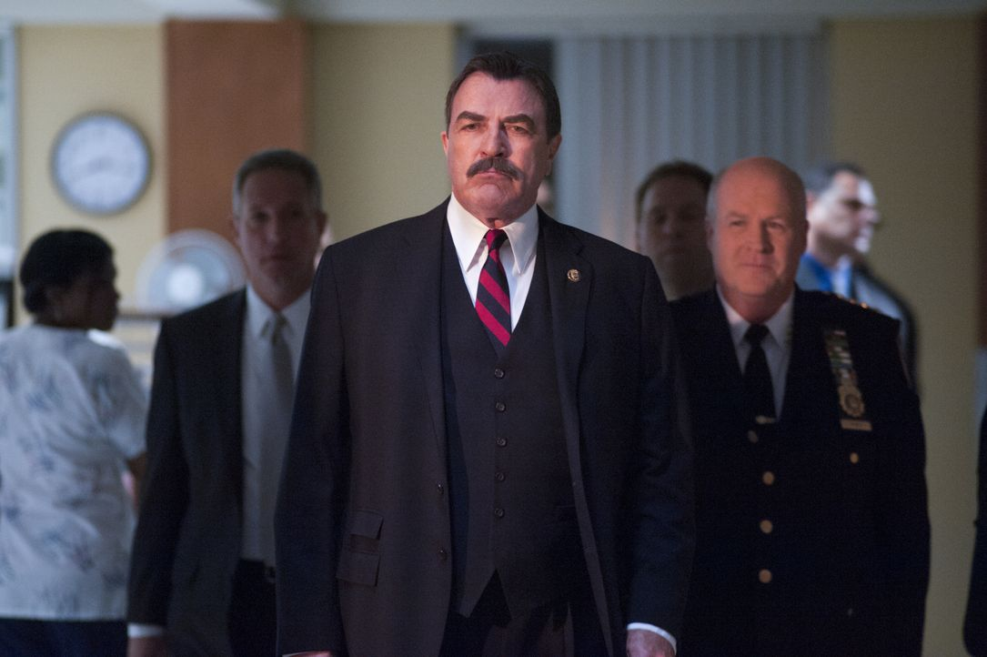 Während Danny damit kämpft, an seinem Hochzeitstag in einem Mordfall an einer ermordeten Braut ermitteln zu müssen, hat Frank (Tom Selleck) mit den... - Bildquelle: Jojo Whilden 2012 CBS Broadcasting Inc. All Rights Reserved.