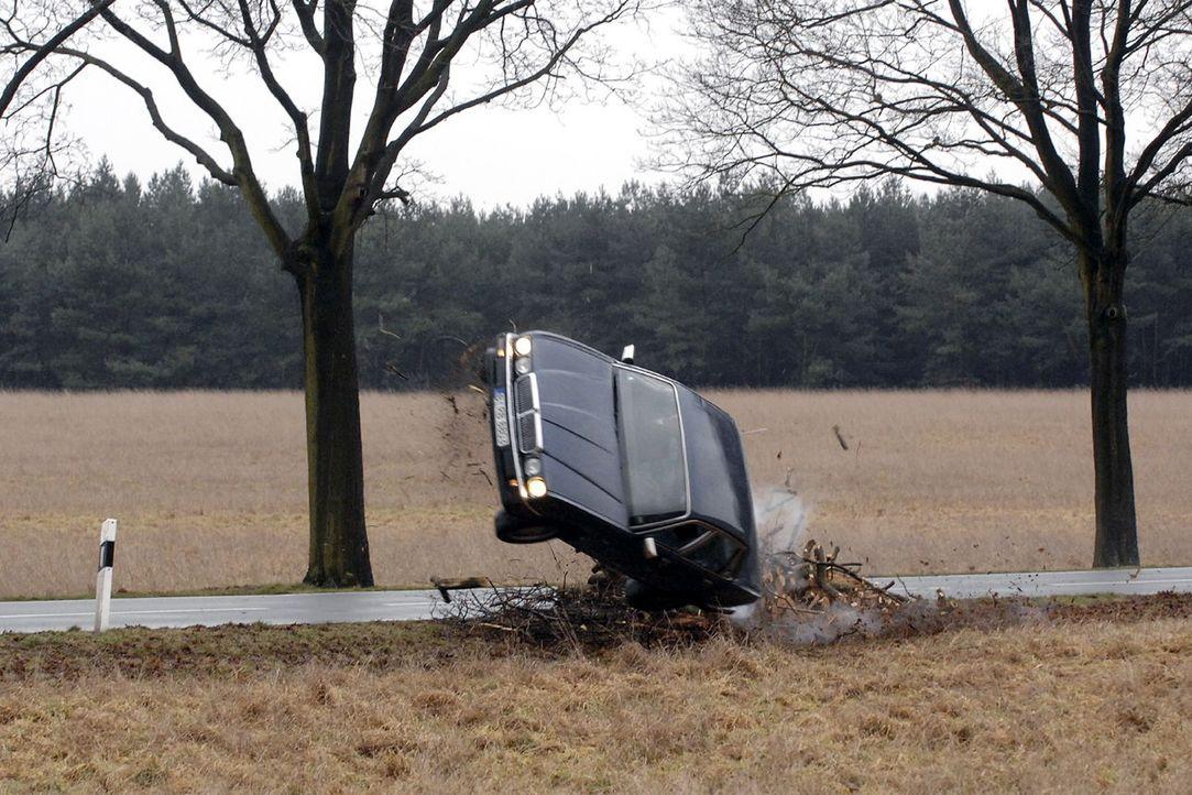Gerrit beschleunigt bis sich der Wagen mit ihm und dem toten Robert überschlägt ... - Bildquelle: Claudius Pflug Sat.1