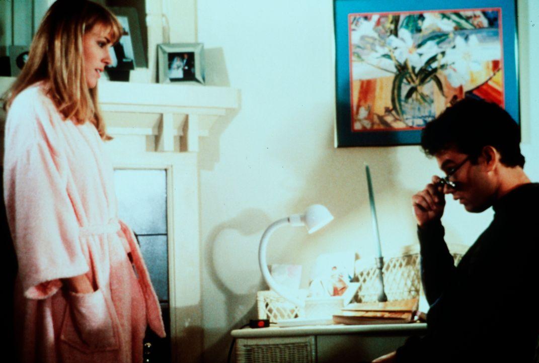 David Basner (Tom Hanks, r.) steckt in einer tiefen persönlichen Krise. Bei seiner ehemaligen Freundin Donna (Bess Armstrong, l.) sucht er Hilfe und... - Bildquelle: 1986 TriStar Pictures, Inc. All Rights Reserved.