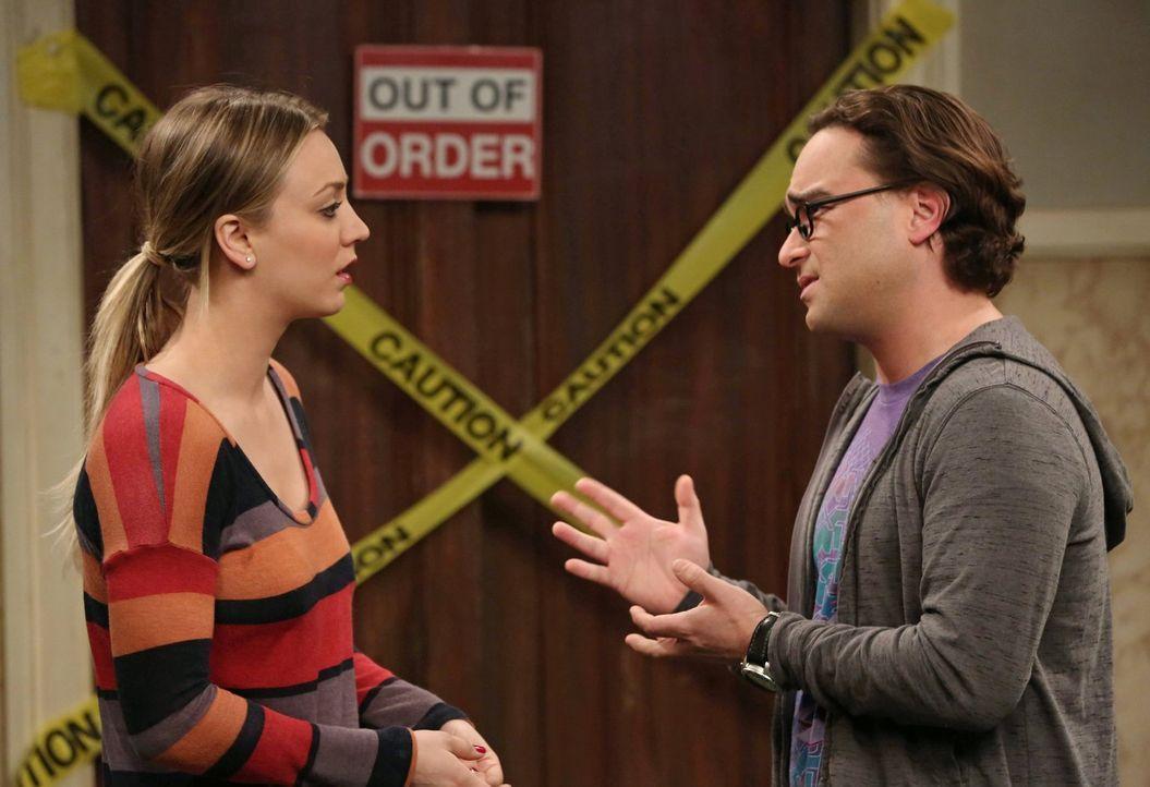 Geraten wegen einer Rolle in eine Krise: Penny (Kaley Cuoco, l.) und Leonard (Johnny Galecki, r.) ... - Bildquelle: Warner Brothers