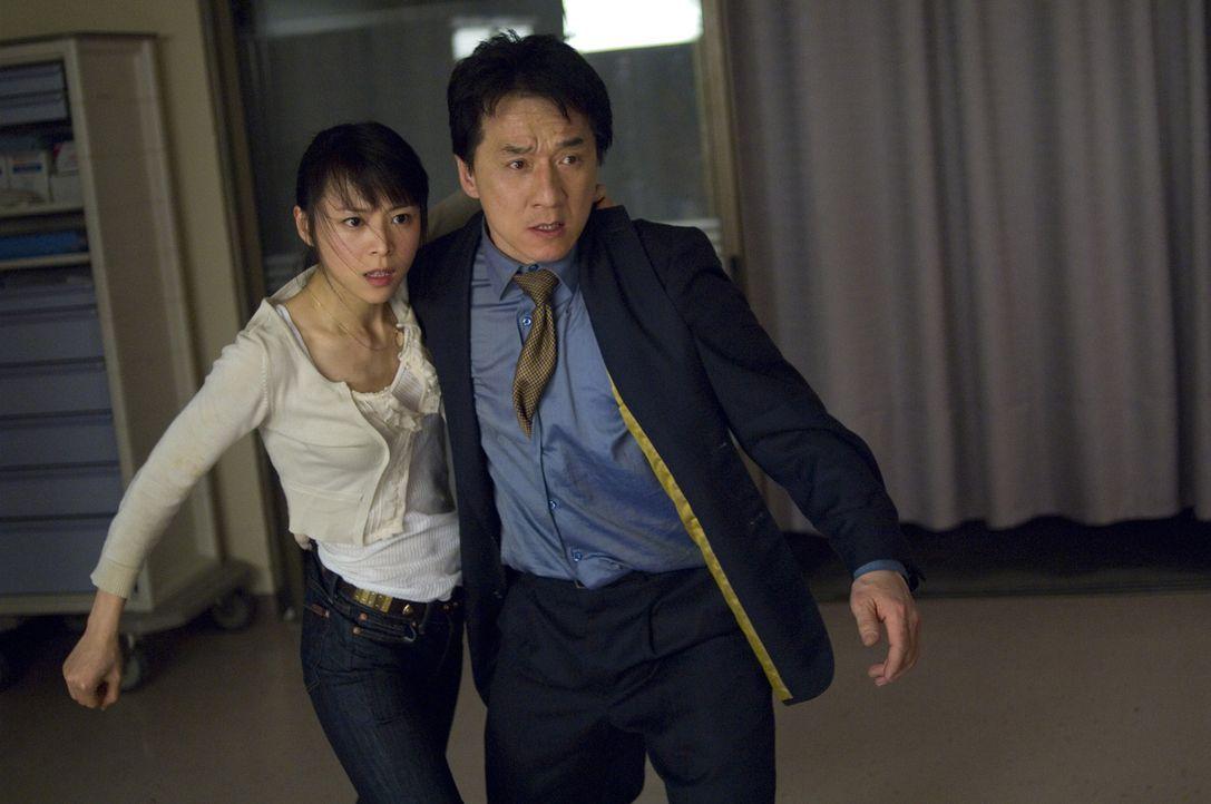 Gemeinsam mit Hans junger Tochter Soo Yung (Zhang Jingchu, l.) macht sich Inspector Lee (Jackie Chan, r.) daran, dem skrupellosen Triaden-Boss Kenji... - Bildquelle: Warner Bros.