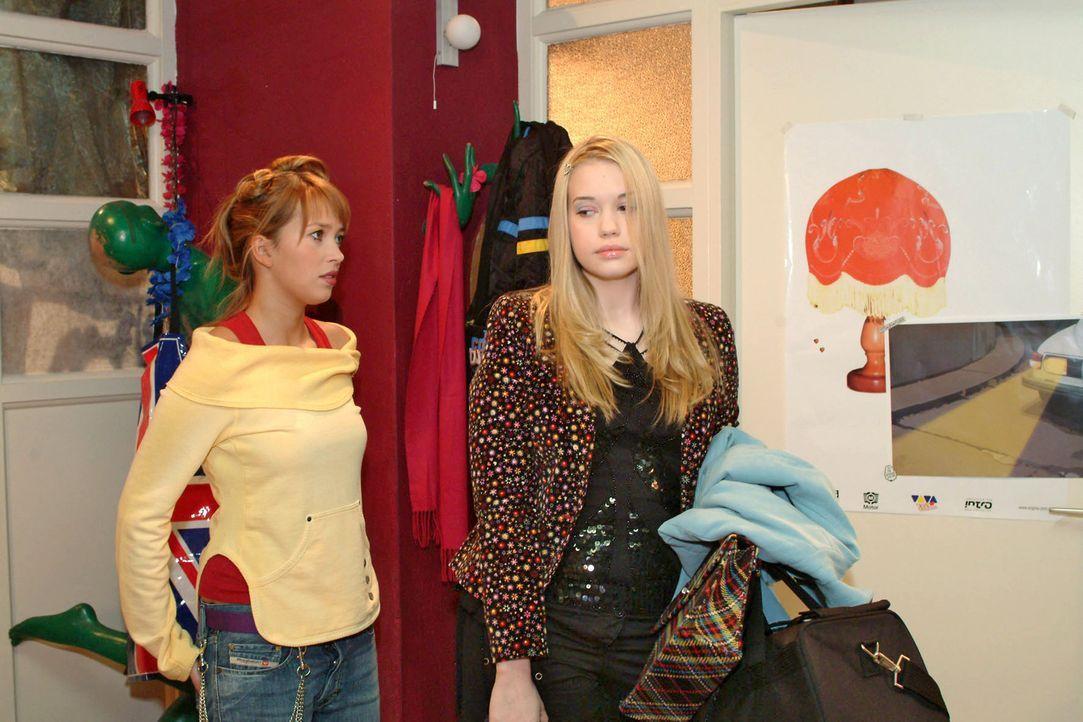 Hannah (Laura Osswald, l.) weiß nicht, wie sie die enttäuschte Kim (Lara-Isabelle Rentinck, r.) noch trösten soll. Kim hatte gehofft, in die WG einz... - Bildquelle: Monika Schürle Sat.1