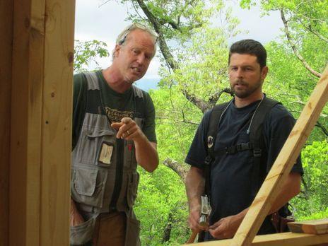 Die Treehouse Guys B'fer (l.) und Javier (r.) werkeln in den Bäumen Asheville...