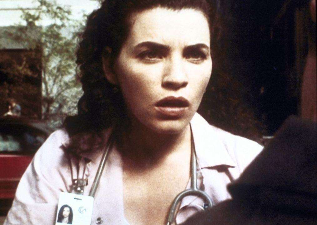 Hathaway (Julianna Margulies) ist schockiert, als sie von dem Gerücht erfäht, dass das County Hospital geschlossen werden soll. - Bildquelle: TM+  WARNER BROS.