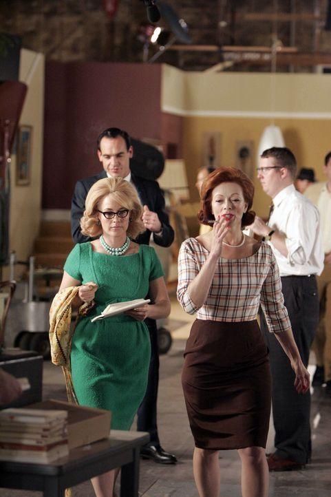 Allison (Patricia Arquette, l.) hat eine Vision: Sie sieht sich als Assistentin der Schauspielerin Abigail (Frances Fisher, r.), die vor vielen Jahr... - Bildquelle: Paramount Network Television