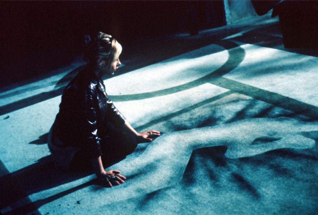 Buffy (Sarah Michelle Gellar) hatte in der Nacht eine Begegnung mit Angel. - Bildquelle: TM +   2000 Twentieth Century Fox Film Corporation. All Rights Reserved.