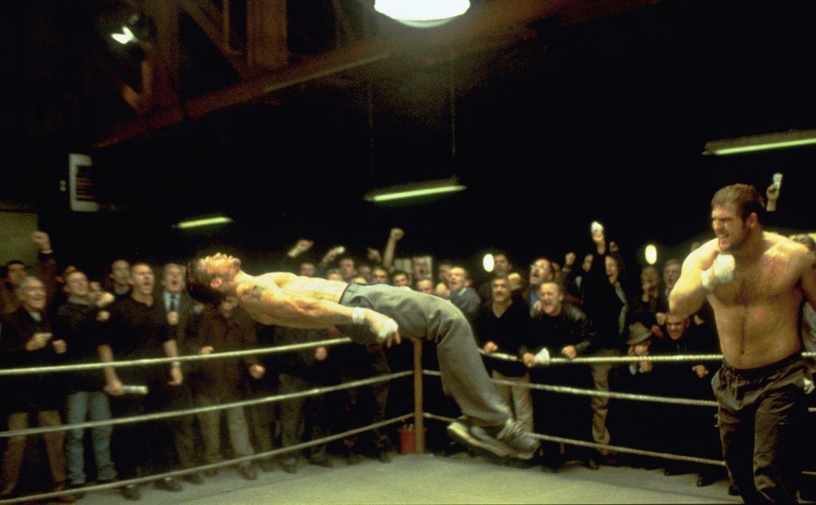 Für einen nagelneuen, komfortablen Wohnwagen lässt sich Mickey (Brad Pitt, l.) durchaus auch von Georgous (Adam Fogerty, r.) eine Packung verpassen... - Bildquelle: 2003 Sony Pictures Television International. All Rights Reserved.