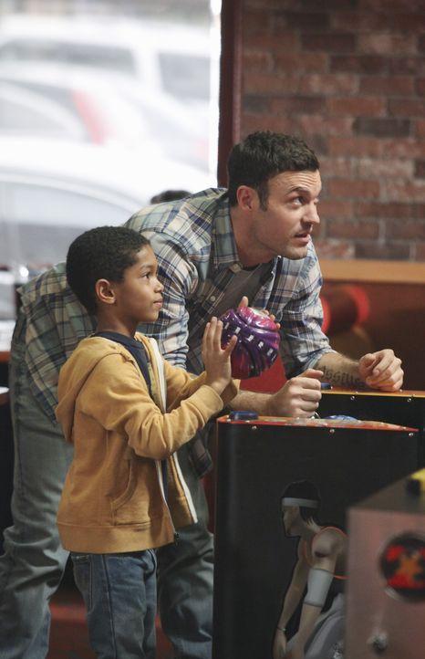 Während Gabrielle mit allen Mitteln versucht, einer Therapie zu entgehen, begegnet Keith (Brian Austin Green, r.) seinem Sohn Charlie (Sayeed Shahid... - Bildquelle: ABC Studios