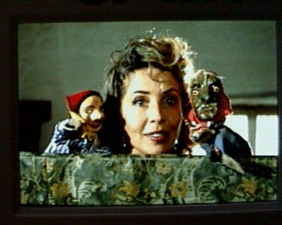 Alexandra von Brauneck (Michaela May) tut alles, damit die vierjährige vermeintliche Tochter ihres Mannes bei ihnen auf dem Schloss bleiben darf ... - Bildquelle: SAT.1