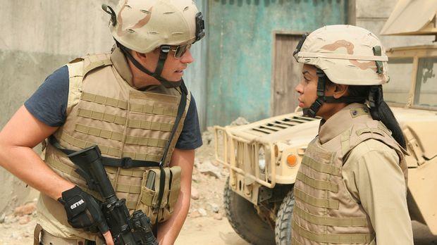 Captain Rankin, ein im Irak stationierter Marine, kommt während eines Mörsera...