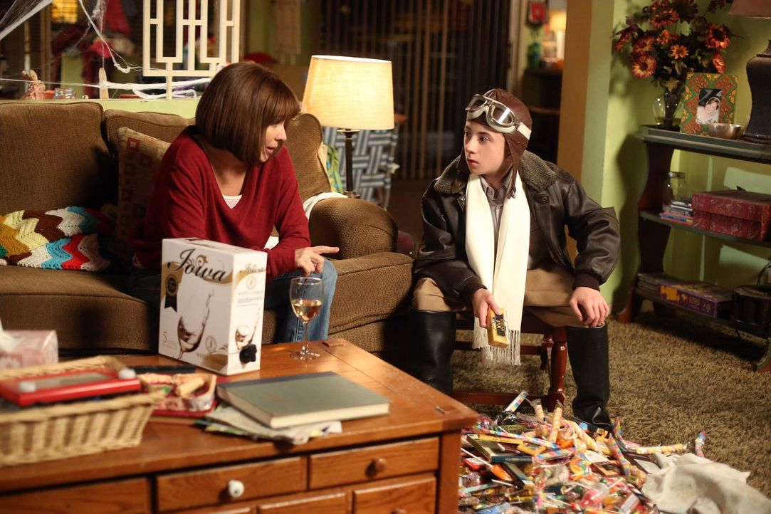 Frankie (Patricia Heaton, l.) ist überrascht, dass Brick (Atticus Shaffer, r.) sich auf einmal ganz anders verhält als sonst. Liegt das möglicherwei... - Bildquelle: Warner Brothers