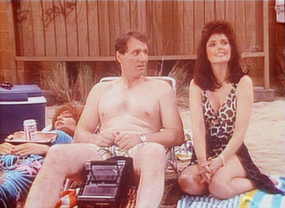 Während Peggy (Katey Sagal, l.) in der Sonne döst, flirtet Al (Ed O'Neill, M.) mit seiner alten Schulfreundin Marilyn (Morgan Brittany, r.). - Bildquelle: Sony Pictures Television International. All Rights Reserved.