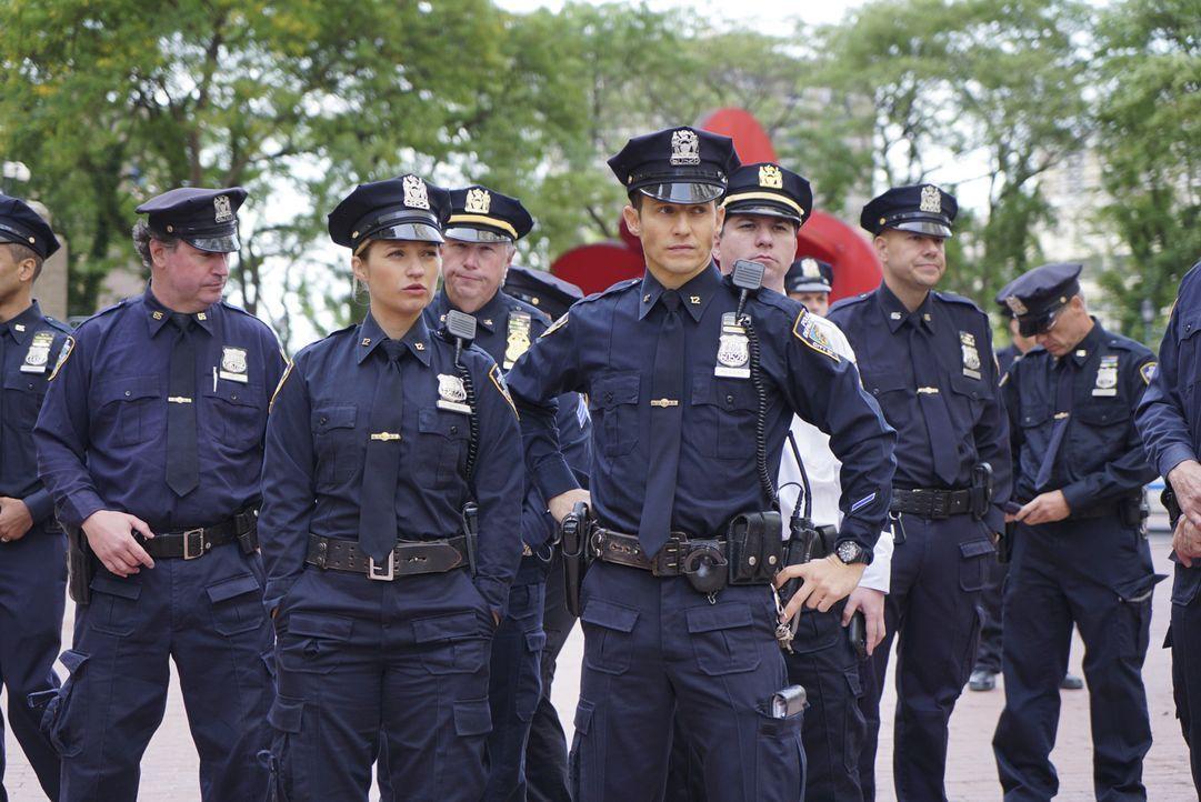 Janko (Vanessa Ray, vorne l.) und Jamie (Will Estes vorne r.) versuchen bei einem Protest gegen Polizeigewalt, für Ordnung zu sorgen. Doch die Demon... - Bildquelle: 2015 CBS Broadcasting Inc. All Rights Reserved.