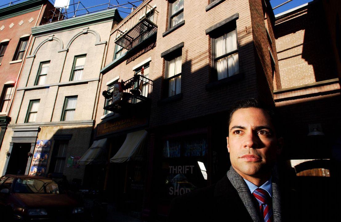 Die Ermittlungen führen Scott (Danny Pino) in die Stricherszene New Havens, in der Vizcaino anscheinend nicht nur geschäftliche Beziehungen unterh... - Bildquelle: Warner Bros. Television