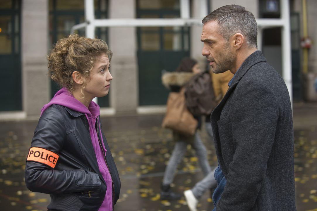 Während Emma Tomasi (Sophie de Fürst, l.) und Rocher (Philippe Bas, r.) in einem neuen Fall ermitteln, versucht auch Chloé heimlich Informationen zu... - Bildquelle: 2015 BEAUBOURG AUDIOVISUEL